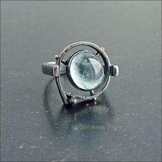 Перстень с аквамарином нежного светло-голубого цвета.