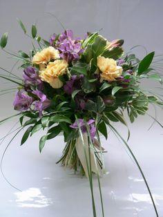 Bukiet kwiatowy dla bliskiej osoby na wyjątkową okazję  - astromeria i goździki. Taki prezent będzie dla każdego radością. #kwiaty #flowers #bukiet #goździki