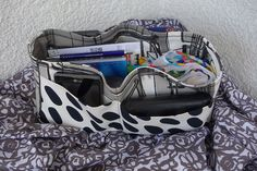 My mother bought herself a new bag, but unfortunately it did not have as much dividers and pockets as her bag before. Therefore she asked me to sew her a purse organizer, yet smaller than mine. It …
