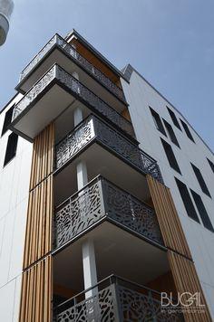 Balcony Grill Design, Balcony Railing Design, Home Stairs Design, Door Gate Design, Facade Design, Wooden Staircase Railing, Railings, Garde Corps Aluminium, Balustrade Balcon