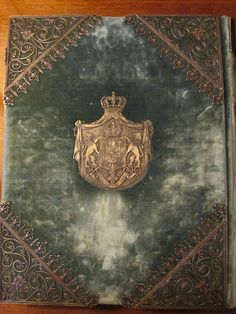 O carte a Reginei Maria a României (născută Prințesă de Edinburgh). Se poate vedea Stema Regală a României. Fotografii de la dl. Gabriel Badea-Păun. Românii își vor monarhia înapoi! http://www.facebook.com/anrmro