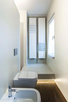 Un open space per una giovane coppia in cui lo spazio è organizzato intorno ad una 'white box' centrale che nasconde all'interno una mini-spa.
