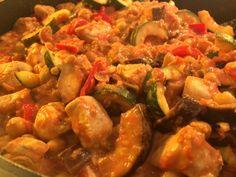 Dagens lune ret blev i dag til denne kikærtegryde. En sund og lækker ret. Spis den evt. med et stykke groft brød til. 500 g. kyllingebryst 2 ds. kikærter 2 ds. hakket tomat 1/2 aubergine 1 squash 1 rød peberfrugt 1 stort løg 4 fed hvidløg 2 røde chili et hel bundt frisk timian 250…