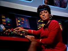 Nyota Uhura (Nichelle Nichols)Es de raza negra, lo que le da un carácter multirracial a la empresa humana de explorar el universo. Pocos actores afrodescendientes tenían la oportunidad de representar personajes importantes más allá de los estereotipos.