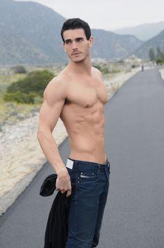 Joshua Kloss, torse nu et en jeans