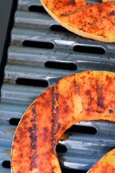 Add melon to your favorite fruits to grill. This grilled cantaloupe is sweet and spicy. Radish Recipes, Grilled Fruit, Grilled Peaches, Barbecue Recipes, Grilling Recipes, Bbq, Mulberry Recipes, Thermomix, Barbecue