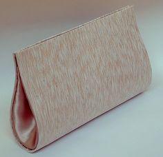 Carteira de Mão confeccionada em Cartonagem de modo artesanal. Estruturada e forrada com tecido com brilho dourado por fora e cetim rosê por dentro. Linda! Fechamento em botão de metal com imã. <br> <br>Medidas 25cm de comprimento x 13 cm de altura x 5 largura