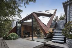 The Leaf House in Melbourne (Australia) by Damian Rogers Architecture ( Architecture Durable, Contemporary Architecture, Amazing Architecture, Australian Architecture, Chinese Architecture, Futuristic Architecture, Contemporary Design, Modern Roof Design, Contemporary Houses