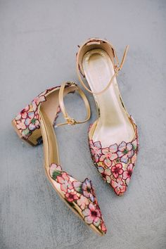 unique wedding shoes These bridal shoes are so cute and perfect for the more artistic, whimsical bride that wants to add a unique detail to her style. Colourful Floral shoes adds the perfect pop of colour to a simplistic wedding dress. Pretty Shoes, Beautiful Shoes, Cute Shoes, Me Too Shoes, Unique Shoes, Beautiful Bags, Bride Shoes, Wedding Book, Wedding Ideas
