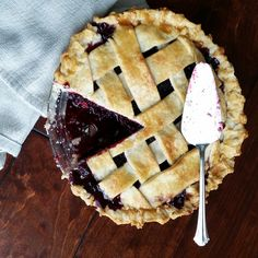 Easy Homemade Blackberry Pie- the best way to use those blackberries! Black Raspberry Pie, Blackberry Pie Recipes, Blackberry Cobbler, Brown Sugar Pie, Pumpkin Crunch, Homemade Pie, Pumpkin Dessert, Blue Berry Muffins