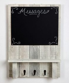This Whitewash Chalkboard Message Center Shelf is perfect - pallet wood, hooks, chalkboard. Pallet Crafts, Pallet Art, Diy Pallet Projects, Pallet Signs, Wood Crafts, Pallet Wood, Crafts Out Of Pallets, Outdoor Pallet, Woodworking Patterns
