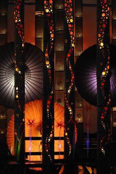 Light of the Japanese style - Bamboo lanterns, Wagasa (Japanese umbrella) Japanese Culture, Japanese Art, Japanese Style, Japanese Lighting, Chinese Lights, Japanese Landscape, Light Crafts, Japan Photo, Cool Lighting