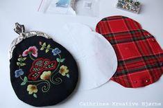Cathrines Kreative Hjørne: Sy selv: Bunadsveske med innerlomme og monogram! Folk Costume, Costumes, Scandinavian Embroidery, Norway, January, Coin Purse, Corner, Monogram, Wallet