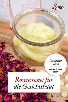 Die Rosencreme heilt auf natürliche Weise gereizte Haut im Gesicht und ihr zarter Duft verwöhnt dabei auch noch wohltuend unser Gemüt. Entdecken Sie hier das Rezept zum Nachmachen. #rosencreme #servusnaturapotheke #naturapotheke