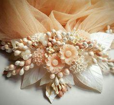 3987801547dd1 Tocado floral de La Pajarita para Luis Miguel Complementos Pajarita