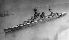 [Photo] HMS Repulse (partial view) and HMS Hood, date unknown Navy Times, Hms Hood, Ww2 Pictures, Naval History, Big Guns, Navy Ships, Model Ships, Royal Navy, Battleship