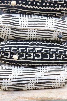 Handgemaakt kussen van Bogolanstof uit West-Afrika. Bogolan is een lap stof van aan elkaar genaaide katoenen stroken die op traditionele wijze geverfd zijn met modder. www.molitli.nl