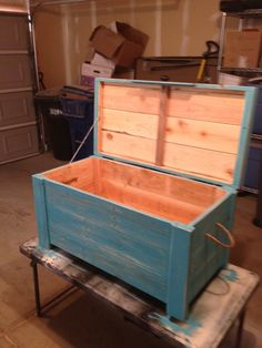 Crate and Pallet - recycled wood furniture: Check out this beauty! Can't you almost smell th. Recycled Wood Furniture, Pallet Furniture, Rustic Furniture, Woodworking Ideas Table, Woodworking Projects, 1001 Palettes, Wood Trunk, Wood Chest, Wood Pallets