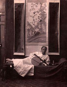 CHINE - OPIUM Fumeur d'Opium, ca. 1890. Tirage albuminé monté sur carton. Image: 27,2 x 21 cm; montage: 30,5 x 23,8 cm ESTIMATION 650 - 750 € Resultat : 700 € Date de vente : 18/03/15 Yann Le Mouel
