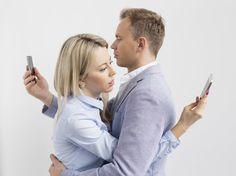 Die digitalen Begleiter sind nicht mehr aus unserem Alltag wegzudenken, doch Manche übertreiben es mit dem Gebrauch Ihres Smartphones. Gehört Ihr auch dazu?