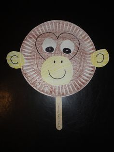 monkey paper plate craft -To make at the monkey party? Paper Plate Masks, Paper Plate Animals, Paper Plates, Zoo Activities, Preschool Activities, 5 Little Monkeys, Zoo Animal Crafts, Monkey Crafts, Dear Zoo