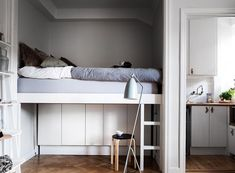 Bright Studio Apartment With Optimized Bed And Storage Area - Decor Savage Small Space Kitchen, Small Space Living, Tiny Studio Apartments, Deco Studio, Apartment Design, Apartment Ideas, Tiny Spaces, Home Interior, Bedroom Decor