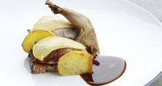Kwarteltjes met peperkoek, appel en een rode wijnsaus - Recept | VTM Koken