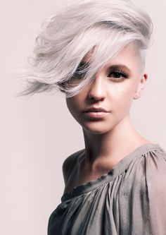 Summer Hair Color Trends 2015 – Silver Hair One of the biggest hair trends for summer 2015 includes the look of… Short Hairstyles For Women, Cool Hairstyles, Shaved Hairstyles, Pixie Hairstyles, Black Hairstyles, Hairstyles 2016, Pixie Haircuts, Grey Hairstyle, Asymmetrical Hairstyles