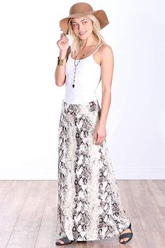 Maxi skirts are perfect for almost any destination. It keeps you feeling girly, cool, and modest, making one great travel maxi skirt. Although it is easier to style than a midi skirt and is a safer choice than a mini skirt, it usually works well on medium height women or taller women. It tends to cut shorter women in half, and they should opt for a maxi dress instead of a skirt. #TravelFashionGirl #TravelFashion #TravelClothing #maxiskirts #miniskirts #midiskirts Long Maxi Skirts, Casual Skirts, Mini Skirts, Travel Skirt, Summer Dress Outfits, Travel Wardrobe, Travel Outfits, Capsule Wardrobe, Tall Women