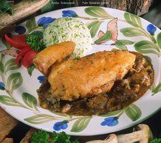 Hozzávalók: 1 konyhakész kb. 1 kg-os csirke, kb. 1 kiskanál só, kb. 3 evőkanál finomliszt (Graham-liszt is lehet), 6 evőkanál olaj, 1 kisebb vöröshagyma, 15-20 dkg csiperkegomba, 15-20 dkg csirkemáj, őrölt fekete bors, 5 dkg sűrített ... Salmon Burgers, Pork, Ethnic Recipes, Kale Stir Fry, Pork Chops