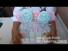 Receta de rosas de merengue duro | Suspiros en forma de rosas | Receta de merengue suizo - YouTube Cupcake Piping, Cupcake Youtube, Frosting Flowers, Purple Cupcakes, Sprinkles, Piping Techniques, Fondant Icing, Rainbow Swirl, Ideas Para Fiestas