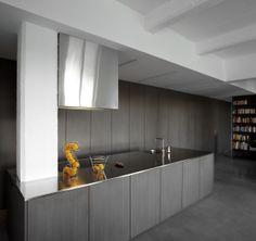 De keuken werd net als de rest van het maatmeubilair uitgevoerd in mdf en bekleed met een gestructureerde printlaminaat, foto Toon Grobet, 0514BUBB stam.be