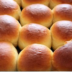 This copycat recipe for Homemade Hawaiian Bread Rolls is surprisingly easy and makes perfectly sweet, soft, fluffy, and golden brown rolls. Get my FREE Bread. Hawaiian Bread Rolls, Hawaiian Sweet Rolls, Homemade Bread Bowls, Pan Comido, Dinner Rolls Recipe, Bread Bun, Yeast Bread, Sweet Bread, Copycat Recipes