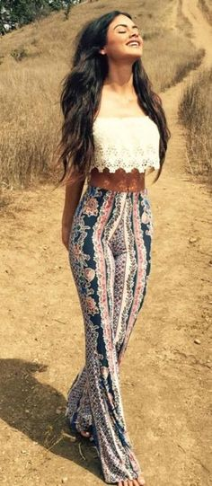 Take a look at 43 amazing Coachella outfits in the photos below and get ideas for your own boho festival outfits! Total black outfit with denim shorts and tie front top and red bandana Image source Hippie Outfits, Edgy Outfits, Rave Outfits, Coachella Outfit Boho, Gypsy Style Outfits, Fashion Outfits, Boho Style, Cochella Outfits, Festival Mode