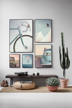 You can achieve a calm and harmonious look by grouping your posters and pictures together to create a gallery wall. See a selection of gallery walls here! Gallery Wall Layout, Gallery Walls, Frame Gallery, Art Gallery, Decor Interior Design, Interior Decorating, Interior Livingroom, Kitchen Interior, Inspiration Wand