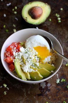 Quinoa Avocado Breakfast Bowl recipe�A vegetarian breakfast bowl full of healthy fats and protein! 316 calories and 9 Weight Watchers SmartPoints (Quinoa Avocado Recipes) Healthy Meals For Two, Healthy Breakfast Recipes, Vegetarian Recipes, Cooking Recipes, Healthy Recipes, Brunch Recipes, Vegetarian Sandwiches, Going Vegetarian, Vegetarian Dinners