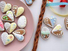 konečně jsem se dostala k tomu, abych ozdobila pár posledních perníčků, který ještě děti nestihly sníst! ☺ #pernicky #velikonocnipernicky #gingerbreadcookies #gingerbread #eastercookies #easterbaking #easter2019 #velikonoce2019 #instabake #baking #peceni #bakingmom #homebaker #homebaked #cakestagram #instabake #foodie #foodlover #foodpics #foodphotography #yummy #czech #czechrepublic #avecplaisircz