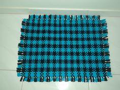 Tapete feito no tear azul royal e preto.