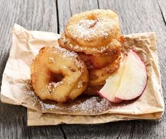 Knusprig ausgebackene Apfelringe: Schnelles Rezept - List of the best food recipes Apple Donut Recipe, Apple Doughnut, Donut Recipes, Quick Recipes, Raw Food Recipes, Cake Recipes, Beignets, Fried Apple Rings, Alain Ducasse