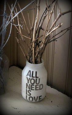 Ces vases repeints permettent d'habiller joliment une table basse ou le dessus d'un meuble