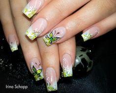 #trendstyle #yellow #trend #nails Weil Gelbtöne und Schmetterlinge einfach zusammen gehören, wird diese Kombination immer wieder gerne gewählt. Diese romantische Variante lockt bestimmt den Frühling wieder an, oder?