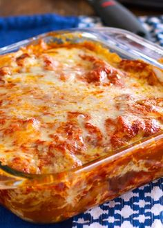 CHICKEN ENCHILADA CASSEROLE INGREDIENTS 1 lb boneless, skinless chicken breasts 19 ounces (about 2 ½ cups) enchilada sauce 2 cups shredded cheese small flour tortillas 1 can refried beans. this was very easy and very yummy Mexican Dishes, Mexican Food Recipes, Great Recipes, Favorite Recipes, Drink Recipes, Delicious Recipes, Recipe Ideas, Healthy Recipes, Casserole Dishes