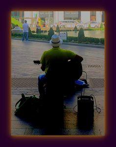 Milano. Musicista di strada.