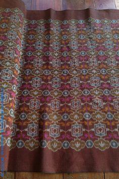 ผ้าซิ่นทอมือลายหลุยส์ สวยแบบคลาสสิค ผืนนี้ราคาเมตรละ 600 บาท หากซื้อเป็นผืน (2 เมตร) ราคาเพียง 1100 บาท