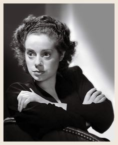 Elsa Lancaster on a Long Sleeve Top and Crossing Hands on Chair High Q – Movie Star News Old Hollywood Movies, Hollywood Stars, Classic Hollywood, Famous Women, Famous People, Elsa Lanchester, Horror Pictures, Wax Museum, Bride Of Frankenstein