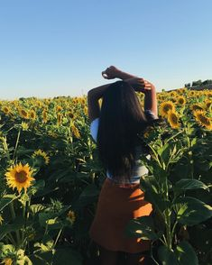 here's to the flowers that always find the bright side 🌻 Tumblr Photography, Photography Poses, Sunflower Photography, Instagram Pose, Instagram Summer, Instagram Blog, Instagram Ideas, Foto Casual, Insta Photo Ideas