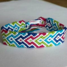 Friendship Embroidery Bracelets How to make this super cute and colorful friendship bracelet! Embroidery Floss Bracelets, Thread Bracelets, Macrame Bracelets, Ankle Bracelets, Friendship Bracelets Designs, Bracelets With Meaning, Bracelet Designs, Friendship Belt, Embroidery Shop