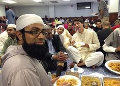 Prime minister of Canada Justin Trudeau at a local Canadian mosque having dinner. Leaders unite not divide. He gets involved with every community and culture. That is the reason the people of Canada LOVE him La Charia, Beautiful Pakistani Dresses, Liberal Party, Happy Canada Day, Love Eat, Prime Minister, Toronto, Stitches, Bebe