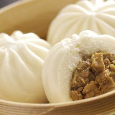 4 Cycle Fat Loss - Steamed Meat Buns (Nikuman), a favourite Japanese hot fast food - Discover the World's First & Only Carb Cycling Diet That INSTANTLY Flips ON Your Body's Fat-Burning Switch Japanese Steamed Buns, Japanese Buns, Japanese Food, Steamed Meat, Steamed Pork Buns, Steam Buns Recipe, Bun Recipe, Okinawa Food, Gourmet