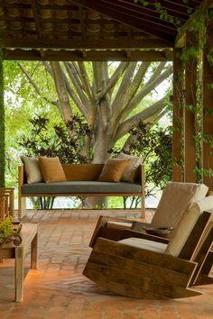 Amo o piso, a árvore, os móveis... Varanda na altura de troncos e escritório nas copas!